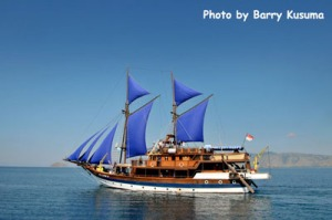 Kapal Layar Phinisi yang sedang berlayar mengarungi Samudera