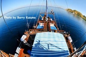 Pemandangan dari atas kapal Phinisi