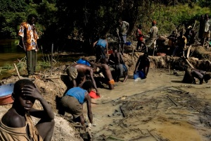 Internally displaced people from the Gina camp mine for gold in a nearby river. Ituri District. The northeastern district of Ituri has been an epicenter of violence in recent years, with multiple factions fighting for the control of the area s resources. In January, renewed conflict forced tens of thousands of people to flee for their lives into the surrounding forests and abandon their few possessions to local militias. Some 80,000 have found precarious refuge in Djugu territory at displacement camps in Tche and Gina in the highlands, and Tchomia and Kakwa, on the shores of Lake Albert. More than 3.8 million people have died in the Congo conflict since 1998.